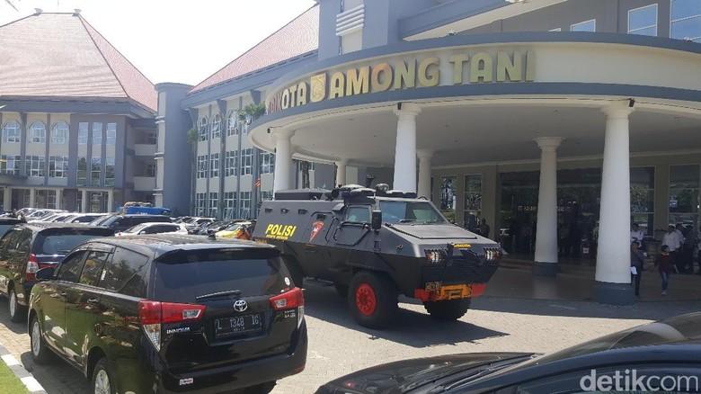 Dikawal Panser Brimob, KPK Geledah Balai Kota Among Tani