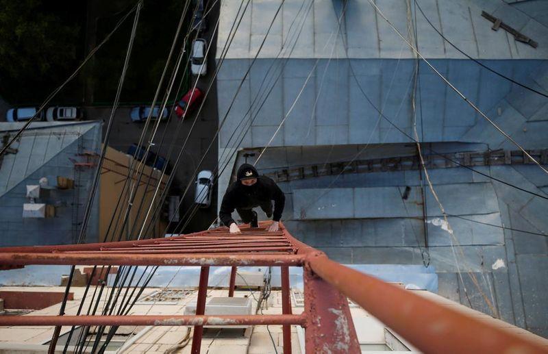 Hobi yang memacu adrenalin, itulah yang digemari sekelompok pemuda dari Rusia yang menamakan diri mereka Rudex. Rudex ini merupakan singkatan dari Roof and Decay Exploration. Ya, mereka gemar memanjat atap-atap gedung bertingkat (Maxim Shemetov/Reuters)
