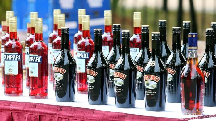 Petugas gabungan berhasil menggagalkan upaya penyelundupan minuman beralkohol dari Singapura. Total ada 50 ribu botol minuman beralkohol berhasil disita.