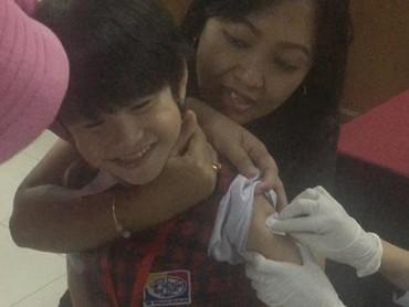 Eh, lagi disuntik vaksin malah ketawa. He he he. ( Foto: Instagram/ @magdalenayulie)