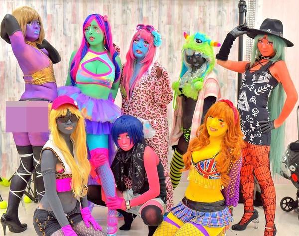 Mereka pun menamai kelompoknya dengan nama Isshoku Hada Girls. Soalnya mereka semua mewarnai kulitnya (@miyakocore/Twitter)