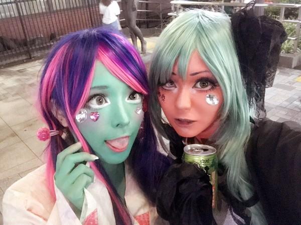 Aksi Miyako dan temannya ini boleh dibilang lebih heboh dari cosplay. Selain memakai atribut anime, warna kulit pun diwarnai mencolok (@miyakocore/Twitter)