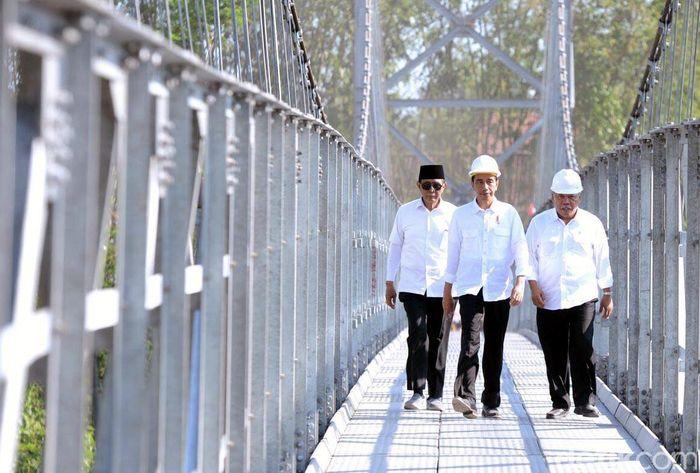 Presiden Jokowi didampingi Menteri PUPR Basuki Hadimuljono saat meresmikan Jembatan Gantung Mangunsuko dan Jembatan Gantung Krinjing. (dok. Kementerian PUPR)