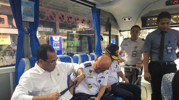 Penumpang diminta memasang sabuk pengaman.