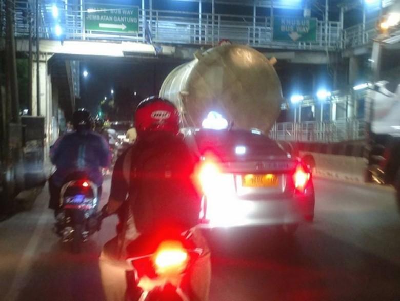Truk Tersangkut di JPO Jembatan Gantung Jakbar, Lalin Padat