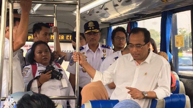 Selama perjalanan, bus TransJabodetabek Premium juga dikawal polisi demi kelancaran.