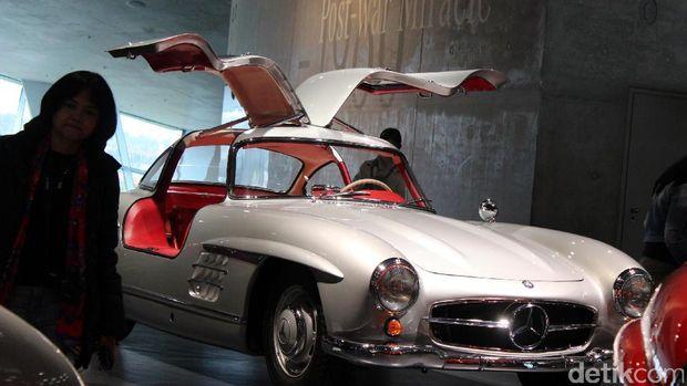 Mobil Mercedes-Benz 300 SL yang lebih muda umurnya dari mobil Habibie