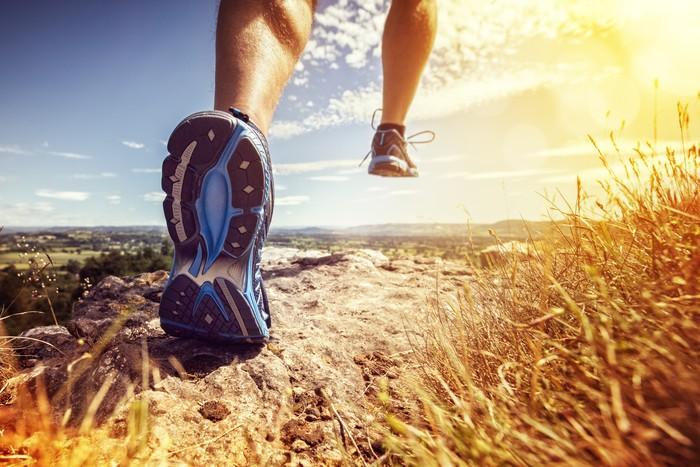 Tentukan di mana Anda akan berlari. Jika Anda senang berlari di jalanan aspal, gunakan sepati yang ringan dan bersol tipis. Namun jika Anda akan berlari di tanah atau daerah berbukit, pilih sepatu dengan sol yang empuk serta memiliki daya cengkram yang baik. (Foto: thinkstock)