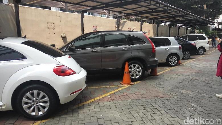Minati Mobil Terpidana Korupsi, Warga Datangi KPK