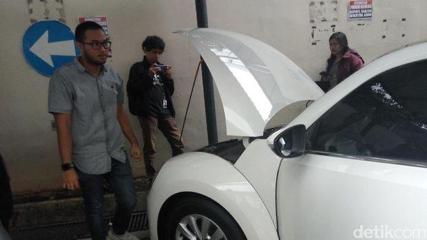 Mobil VW Beetle berwarna putih menarik perhatian pengunjung yang datang