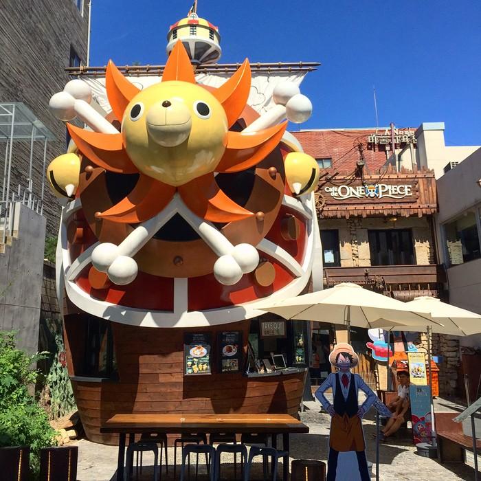 Cafe de One Piece sudah buka di Hongdae, Seoul, Korea. Bentuknya mirip seperti kapal dengan dipenuhi karakter-karakter anime ini. Foto: Koreaboo
