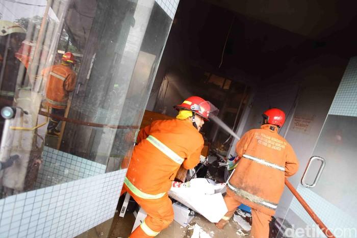 Si jago merah mengamuk di Cawang Baru, Jakarta, Selasa (19/9/2017). Kebakaran tersebut menghanguskan rumah warga, pabrik roti dan pabrik percetakan.