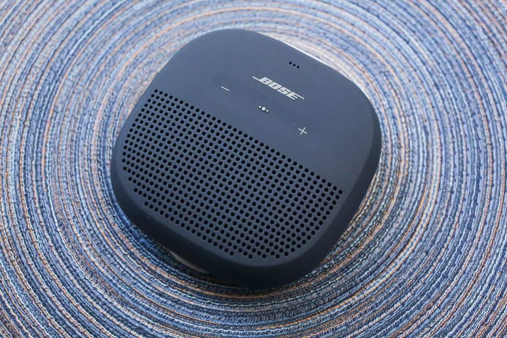 Speaker terbaru Bose ini memiliki ukuran hanya 9,5 cm x 9,5 cm x 3,8 cm, serta berat 290 gram. (Foto: cnet)