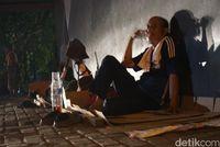 Kisah Tukang Gali di Jakarta Menanti Orderan di Kolong Flyover