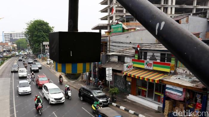 Perangkat Closed Circuit Television (CCTV) terpasang di jembatan penyeberangan orang di Jalan Otto Iskandardinata, Jakarta, Selasa (19/9/2017).   Ditlantas Polda Metro Jaya berencana menerapkan sistem tilang melalui CCTV bagi pengguna kendaraan bermotor di Jakarta. Hal tersebut dianggap lebih efektif karena jumlah personel polisi saat ini tidak memadai jika terus menggunakan sistem tilang konvensional.