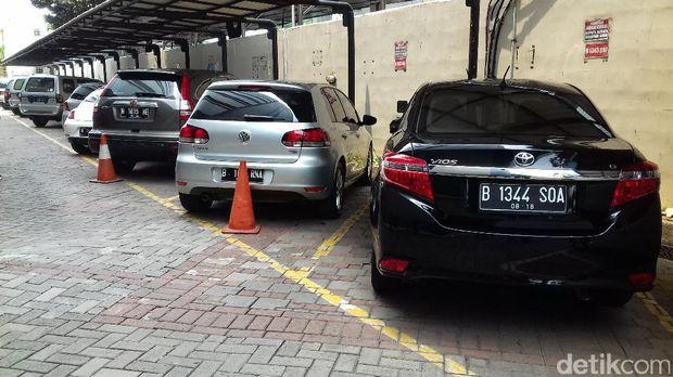 Mobil-mobil rampasan dari terpidana korupsi yang akan dilelang KPK