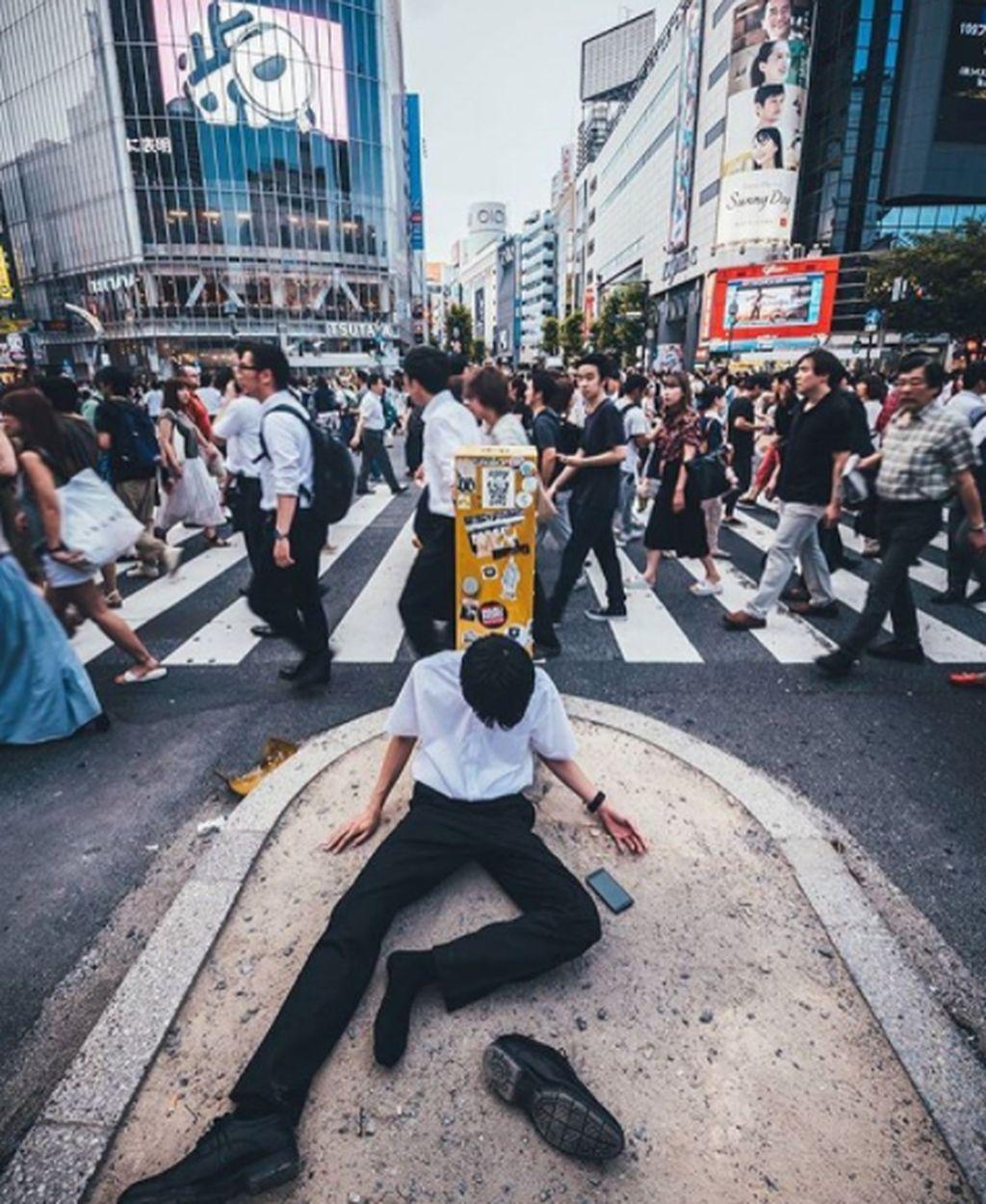 Instagram yang beralamatkan di shibuyameltdown itu mengumpulkan foto orang Jepang tumbang karena kelelahan bekerja atau mabuk. Foto: Instagram