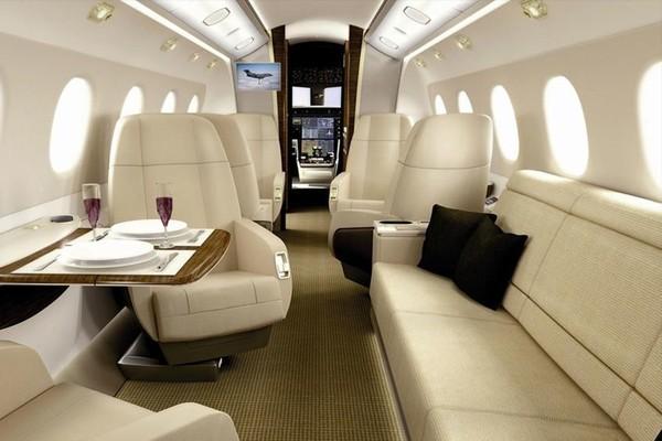 Pesawat Embraer Legacy 500 ini punya ukuran kabin yang terbesar di kelasnya. Panjangnya sekitar 27,6 kaki, dan tingginya sekitar 6 kaki. Kamu tidak perlu membungkukkan badan dan bisa berdiri normal di kabin pesawat mewah ini (dok. Embraer)