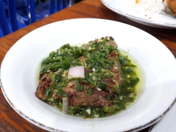 Dendeng batokok lado ijo termasuk salah satu makanan Minang yang nikmat. Potongan daging sapi diberi baluran sambal cabe ijo berminyak dan bawang merah. Menu ini bisa dicicip di kebanyakan restoran Padang, seperti Malah Dicubo di Bandung.