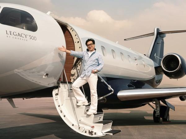 Jackie Chan adalah salah satu aktor Hollywood berdarah Asia tersukses sepanjang masa. Film yang dibintanginya merajai Box Office. Soal kekayaan, Jackie Chan punya beberapa koleksi pesawat jet pribadi, salah satunya adalah Embraer Legacy 500 (dok. Embraer)