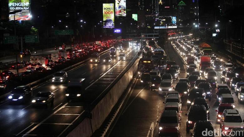 Jelang Libur, Lalin Tol Jakarta hingga Bekasi Macet 5 Km