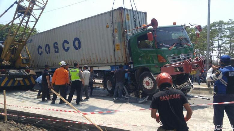 Kengerian Kecelakaan Mobil Terguling Lalu Digilas Truk Kontainer