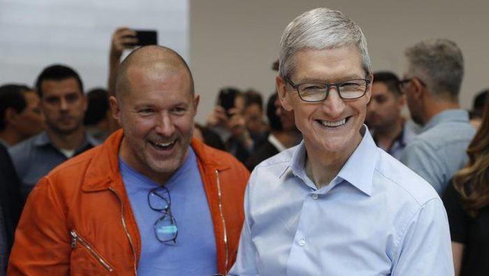 Bos desain Apple Jonathan Iver bersama Tim Cook. Foto: Reuters
