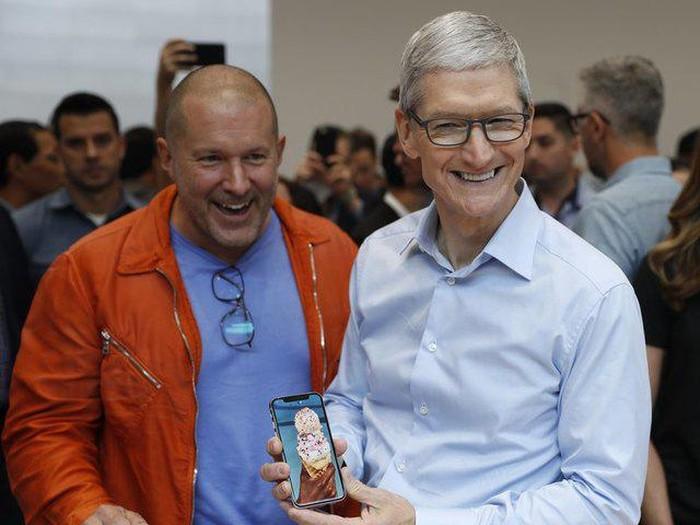 Jonathan Ive dan Tim Cook memegang iPhone X. Foto: Reuters