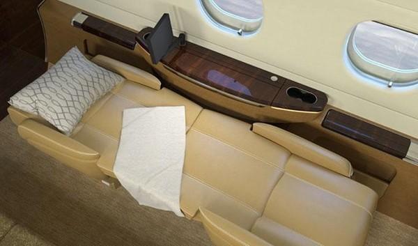 Pesawat Embraer Legacy 500 ini harganya sekitar 15 Juta Poundsterling (setara Rp 268 M). Interiornya mewah, sofanya bahkan bisa diubah menjadi tempat tidur (dok. Embraer)