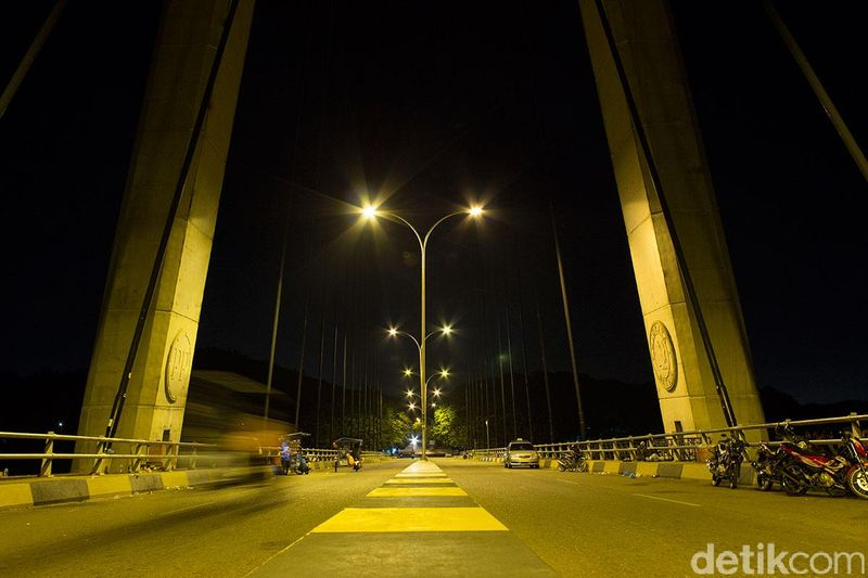 Diprakarsai oleh mantan Presiden BJ Habibie, Jembatan Barelang menghubungkan beberapa pulau di Batam dan sekitarnya. Jembatan ini pun makin indah dilihat saat malam (Randy/detikTravel)