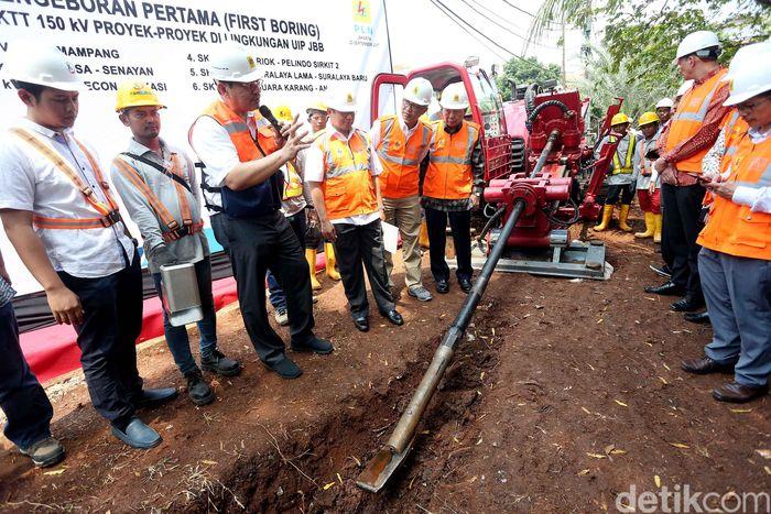 Direktur Bisnis PLN Regional Jawa Bagian Barat Haryanto WS melihat peralatan bor di sela peninjauan pengeboran perdana Saluran Kabel Tegangan Tinggi (SKTT) dengan tegangan 150 kV di PLTD Senayan, Jakarta, Rabu (20/9/2017).