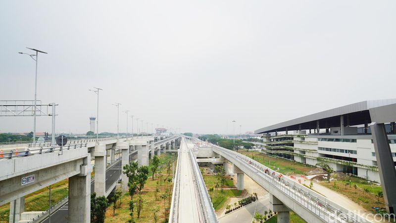 Dari bagian keberangkatan, traveler sudah dapat melihat trek kereta yang memanjang hingga Terminal 2 seperti ini (Shinta Angriyana/detikTravel)