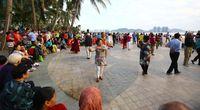 Atraksi menari saat sunset di Pantai Sanya