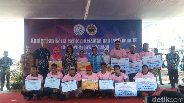 Menteri Susi bersama nelayan di Jawa Tengah.