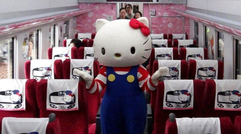 Kereta ini berada di Taiwan. Kereta bertema Hello Kitty ini merupakan kereta cepat yang menghubungkan Taipei dan Taitung (Taiwan Raiways Administration)