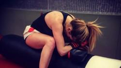 Penyanyi asal Inggris, Ellie Goulding, melakukan olahraga tinju untuk mengalahkan gangguan cemas yang dialaminya. Simak foto-foto pukulan mautnya berikut ini.