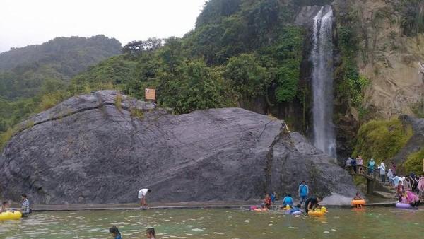 Curug Bidadari sudah memiliki akses yang bagus untuk wisatawan. Traveler bisa berenang dan bersantai di tepian curug. (Bekti/dTraveler)
