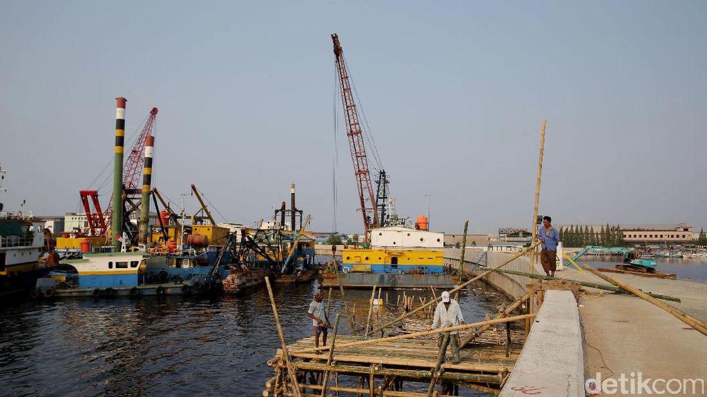 Menteri Bambang Tinjau Proyek Tanggul Laut Pengaman Jakarta
