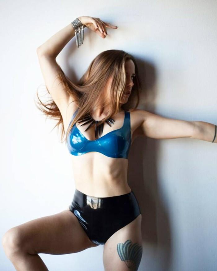 Dengan keahliannya menari erotis, Shaney juga mengembangkan cara tersebut untuk membantu mereka yang membutuhkan penyembuhan. Tarian erotis sebagai modalitas penyembuhan menarik semua bagian tubuh Anda yang merupakan keajaiban, katanya. Foto: Instagram/shaneymarie_sexwitch
