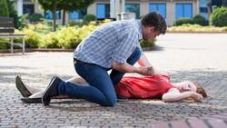 Via Vallen jatuh pingsan di atas panggung sesaat sebelum selfie bersama penonton. Ini dia kemungkinan penyebab seseorang pingsan.