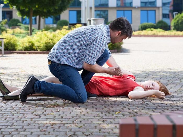 Untuk menolong pasien hipoksia pastikan jalan napasnya tak terganggu. (Foto: ilustrasi/thinkstock)