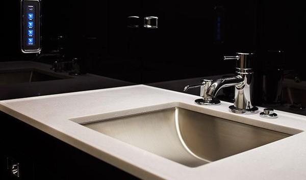 Untuk fasilitas toilet, pesawat buatan Brasil ini juga lengkap dan nyaman, tak seperti di pesawat kelas ekonomi. Kamu mau coba pesawat jet pribadi seperti punya Jackie Chan ini? (dok. Embraer)