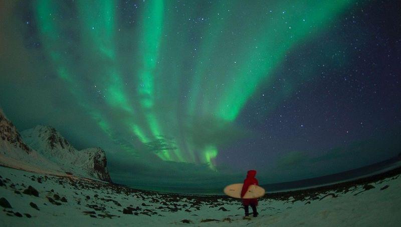 Islandia pun merupakan salah satu negara yang dekat ke arah Kutub Utara. Tak heran, gunung-gunung es, gletser dan aurora terlihat jadi suguhan bagi traveler di sana (Dok. CNN Travel)