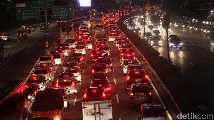 Menjelang libur tahun baru Islam, lalu lintas di tol dalam kota macet panjang, Rabu (20/9/2017). Begini penampakannya.
