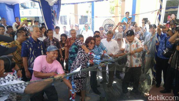 Menteri Susi memusnahkan cantrang milik nelayan di Semarang.