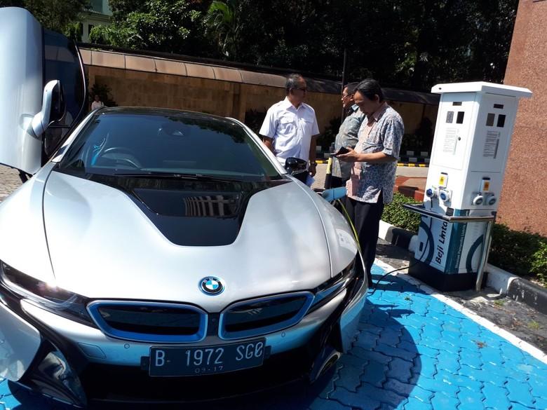 BMW i8 jajal SPLU PLN. Foto: Dok. PLN Distribusi Jakarta Raya