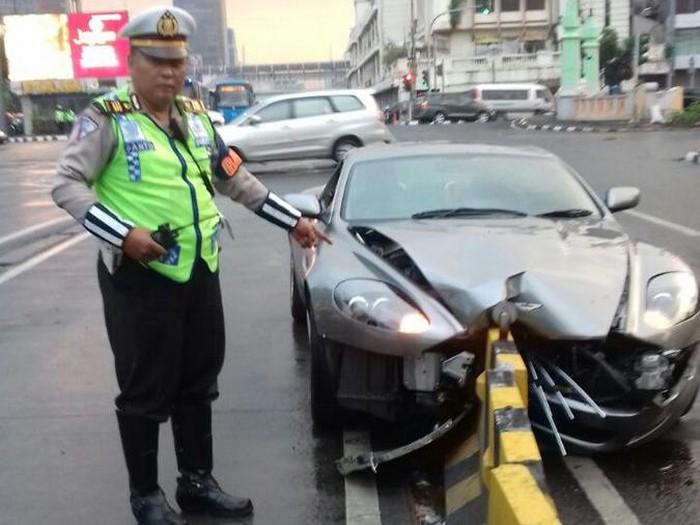 Aston Martin yang menabrak separator busway di Harmoni. (Dok. TMC Polda Metro)