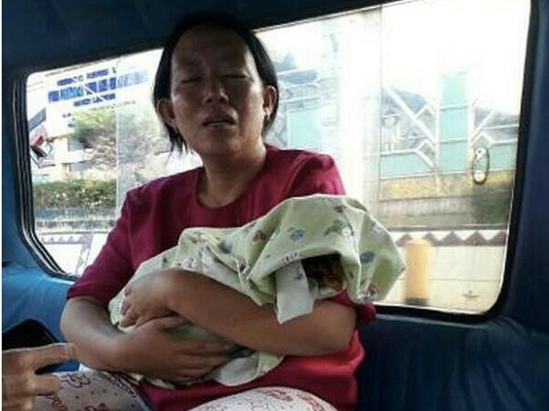 Kisah Tragis Ibu Gendong Bayinya yang Baru Meninggal dengan Angkot