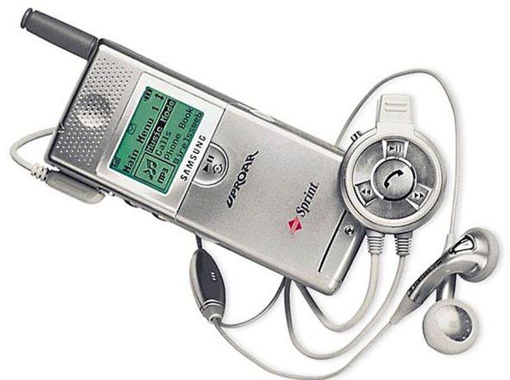SPH M100 dirilis Samsung tahun 2000. Juga dikenal dengan nama UpRoar, handset tersebut cukup terkenal karena SPH M100 adalah ponsel pertama yang punya kapabilitas memutar musik MP3. Namanya masuk dalam 100 gadget paling berpengaruh versi majalah bergengsi, Time. Foto: istimewa