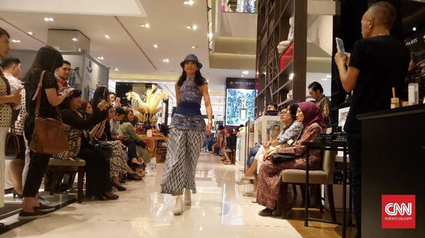 Pesta Batik Indonesia dibuka dengan fashion show di Galeries Lafayette.